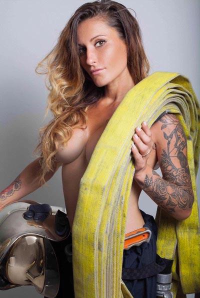 Femme pompier seins nus