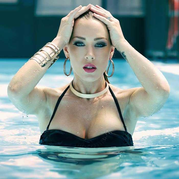 Femme sexy piscine
