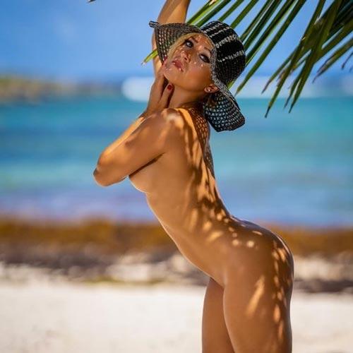Femme sexy sous palmier