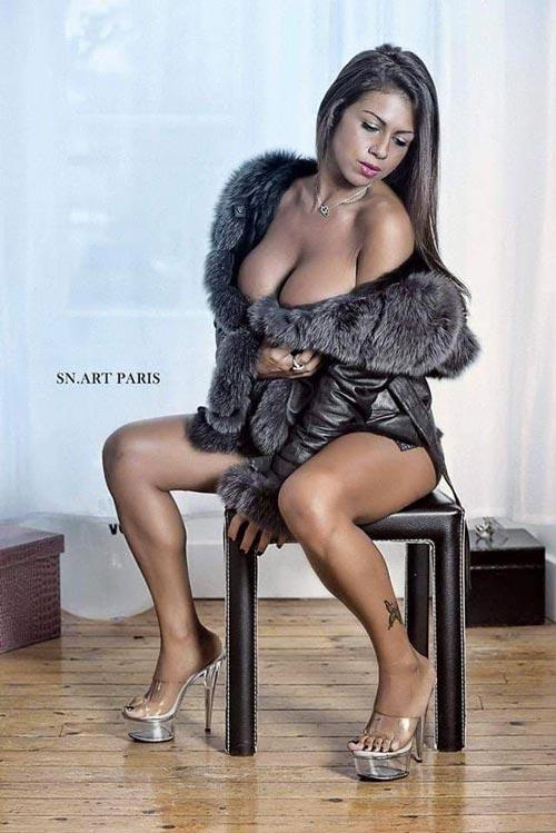 Femme sexy en manteau en fourrure