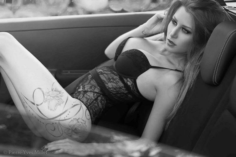 Femme sous-vêtements dans voiture